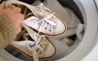 Как отстирать белые кеды: в стиральной машине и ручным способом