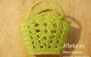 Cумка для куклы крючком: очаровательная сумка столбиками с бисером и бантиком