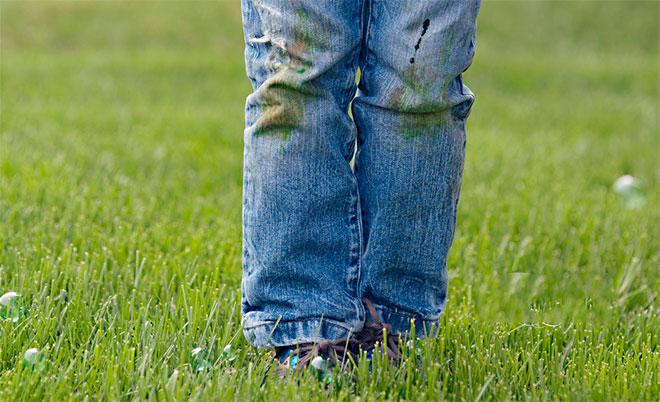 как отстирать следы травы с джинс